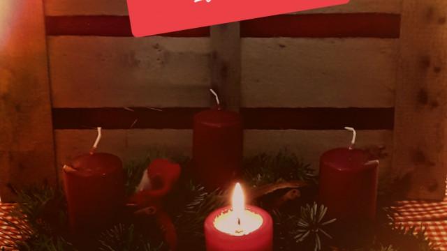 Adventskranz mit brennender Kerze